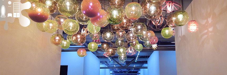 amenajare hol luminite colorate - luminite pentru plafoane in culori neutre